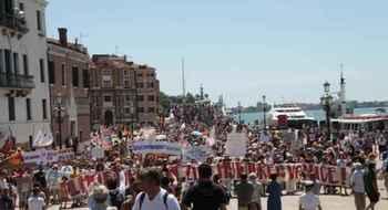 Venezia, «Mi no vado via». A migliaia contro l'invasione di turisti